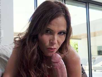 Sweet MILF with big tits Syren De Mer gives a blowjob with balls licking