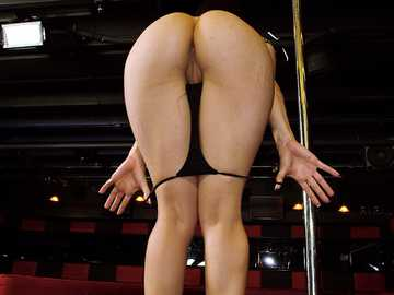 Miss Rican with juicy ass twerks on the stripper pole